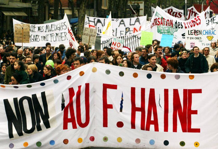 Cortège de manifestants appelant à faire barrage au Front national le 1er mai 2002
