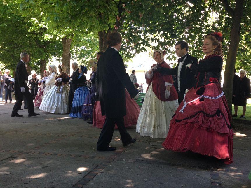 Démonstration de danse d'époque dans les allées du Parc des Sources