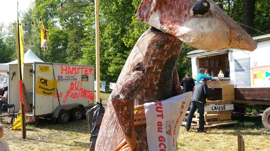 Le très grand hamster qui accompagne les militants écologistes dans leur combat contre le GCO