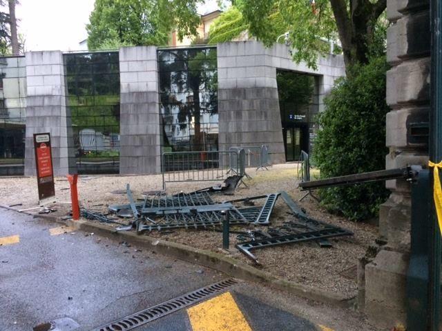 Débris du portail de la préfecture de la Savoie