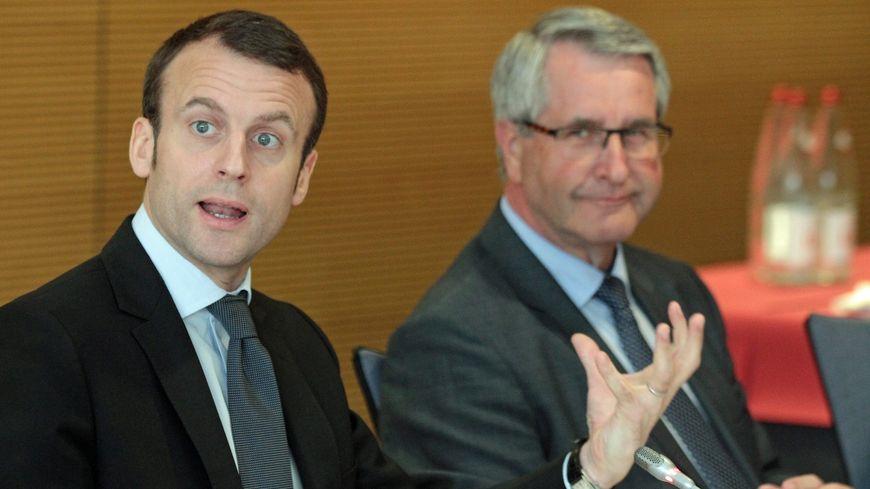Emmanuel Macron, alors ministre de l'économie, lors d'un déplacement en Alsace, aux côtés de Philippe Richert, président de la région Grand Est.