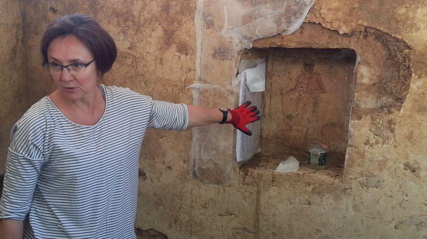 """Sabine Groetembril, spécialiste du centre d'étude des peintures murales romaines, est venue de Soissons pour """"déposer"""" cette peinture"""