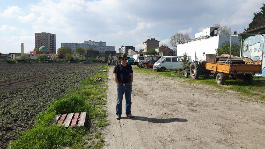 René Kersanté dans son exploitation, à Saint-Denis