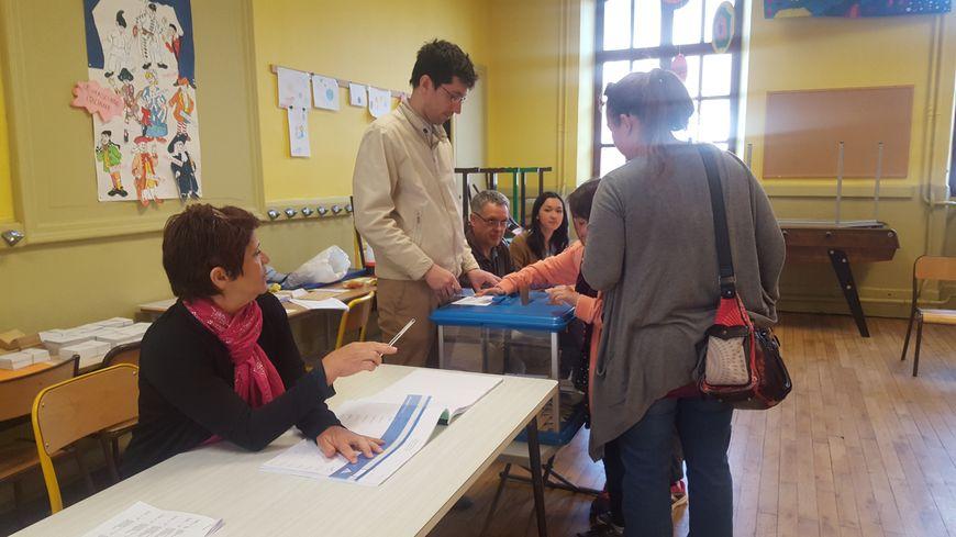 Bureau de vote de l'école Caffe à Chambéry