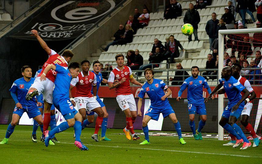 Grégoire Amiot reprend de la tête et marque le seul but rémois du match face à Nîmes.