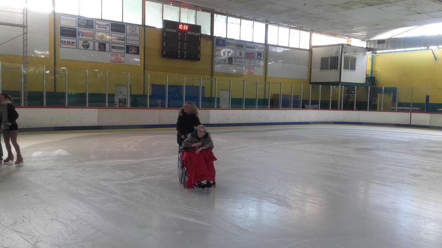 Yolande, 96 ans, apprécie d'être sur la glace
