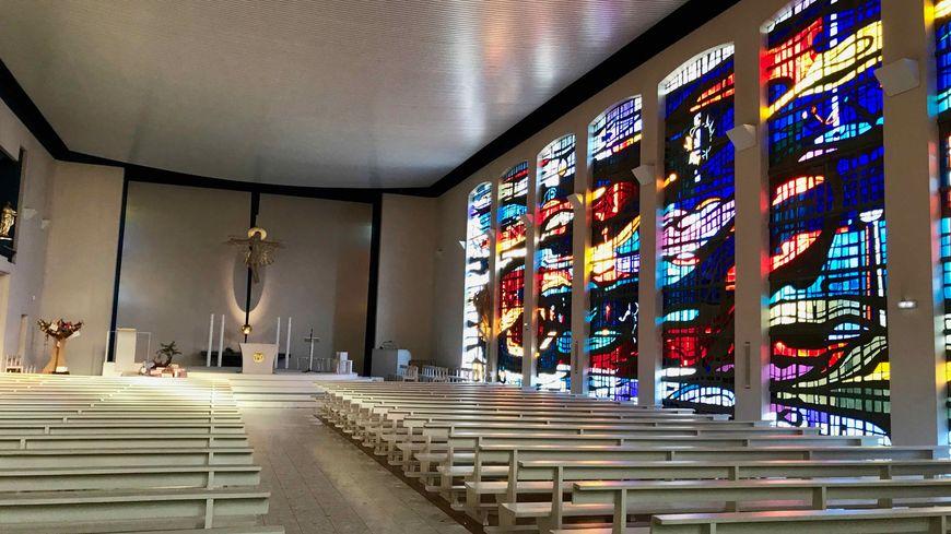 Bennwihr, l'église et les vitraux de Paul Martineau.