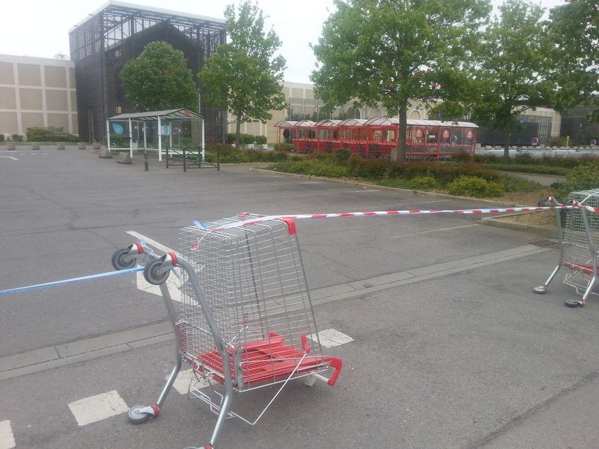 Seuls des vigiles circulent en voiture sur les parkings d'Auchan à Semécourt.