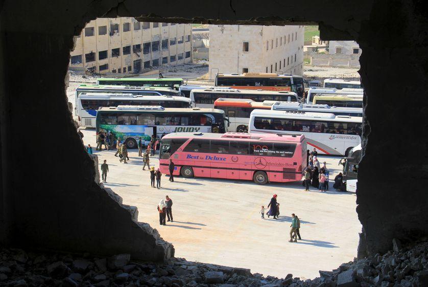 Opération d'évacuation de civils syriens, dans deux enclaves pro-gouvernementales près d'Alep