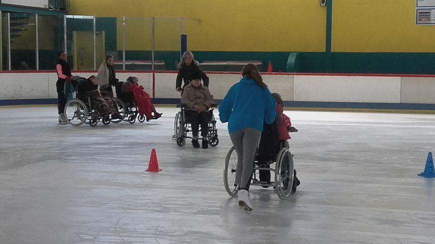 Ce sont les jeunes du CAPA qui poussent les fauteuils roulants