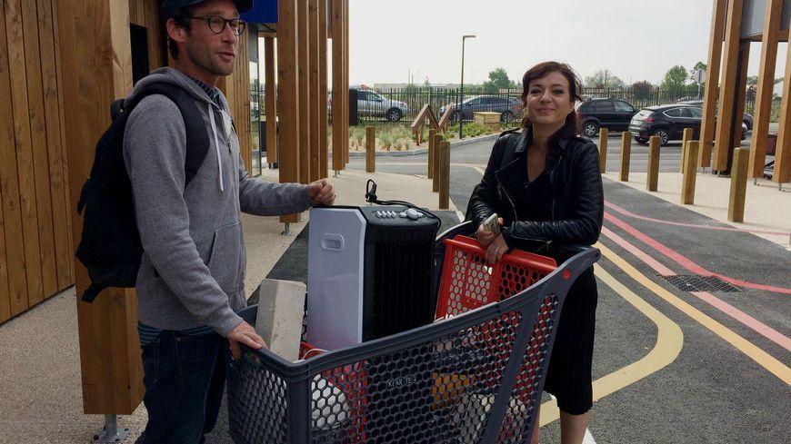 Marie-Pierre et Damien repartent avec un caddie plein, d'objets qu'ils vont réutiliser
