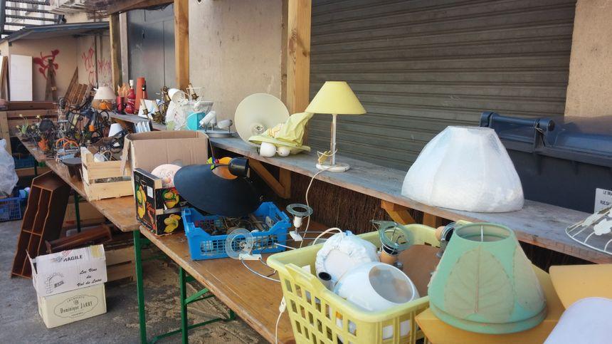 Dans le grand bric-à-brac, de la vaisselle, des lampes, des vêtements, de l'électroménager...