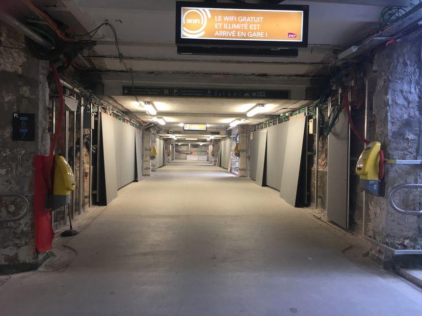 Au sous-sol, dans le tunnel qui lie les deux halls, les travaux ne sont pas encore terminés.