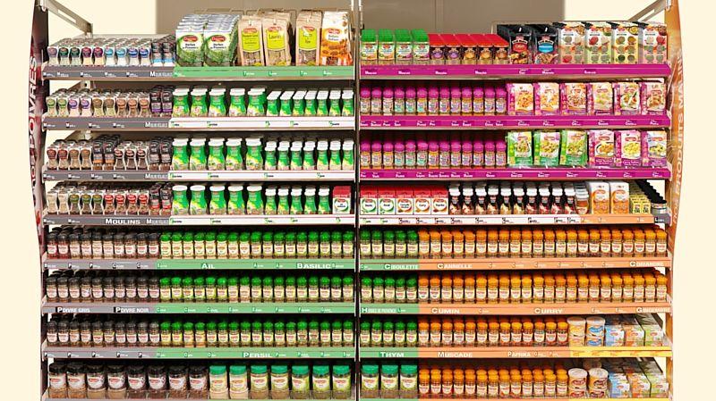 Le rayon herbes et épices d'un supermarché