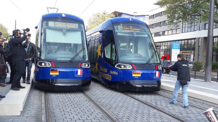 Deux trams sont arrivés simultanément à Kehl pour le voyage inaugural depuis Strasbourg, le 28 avril 2017