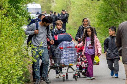 Des migrants transportent leurs quelques biens à Grande-Synthe