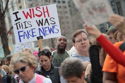 """Manifestation près de la Trump Tower le 20 février 2017 à Chicago, Illinois. Sur la pancarte on peut lire : """"J'aimerais que ce soit une fausse information"""" (""""fake news"""")."""