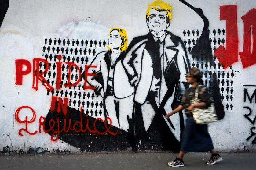 Un graffiti dans les rues de Paris représentant la candidate du Front National à l'élection présidentielle, Marine Le Pen, et le président américain, Donald Trump