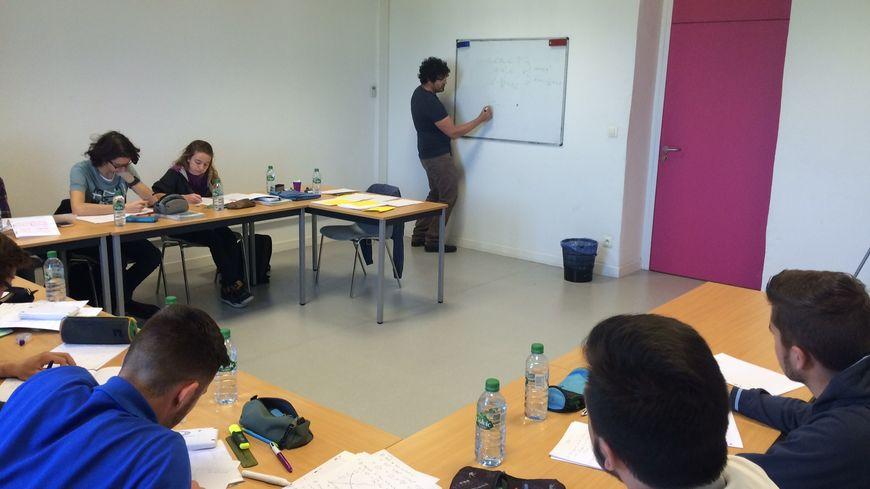 Dix élèves de terminale S suivent un stage de révision en mathématiques depuis le début de la semaine à Montélimar.