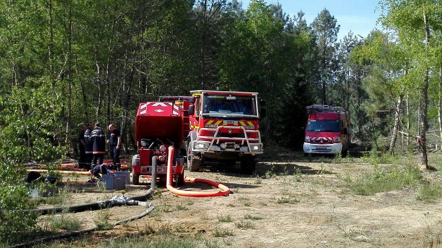 Une soixantaine de pompiers restaient mobilisés ce lundi pour surveiller la zone de l'incendie de Brette-les-Pins