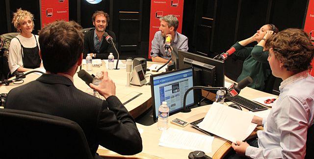 uliette Arnaud, Pablo Mira (de dos) Augustin Trapenard, Guillaume Meurice, Charline et Alex Vizorek