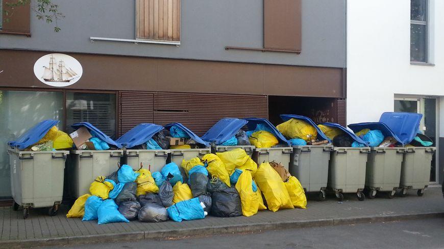 Les ordures vont continuer à s'amonceler ce mardi 18 avril, le mouvement de grève se poursuit