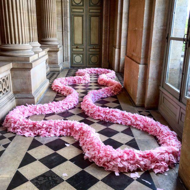 Plus de 1.000 feuilles de papier toilette ont servi à la conception de cette sculpture par Michel Blazy