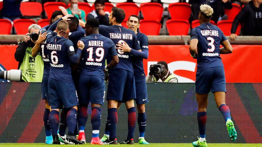 Scène de joie pour le premier but du PSG de l'après-midi face à Montepellier, Cavani 29'