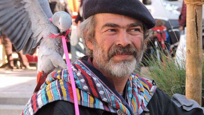 Christophe Mazard et Praline son perroquet disparu
