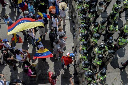 Les opposants au président vénézuélien Nicolas Maduro font une manifestation à Caracas le 23 janvier 2017.