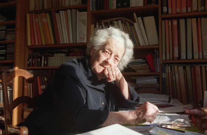 L'écrivain, ethnographe et ancienne résistante Germaine Tillion pose pour le photographe devant sa bibliothèque, le 22 novembre 2000 à son domicile de Saint-Mandé
