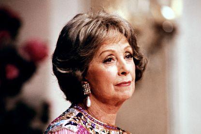 """Danielle Darrieux répète une scène de la pièce """"Adorable Julia"""", le 4 février 1987, au Théatre Hebertot."""