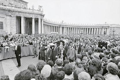 Le corps du Pape Jean-Paul Ier est porté à travers St. Peter's Square. Des milliers de romains sont là pour voir le corps du souverain pontife.