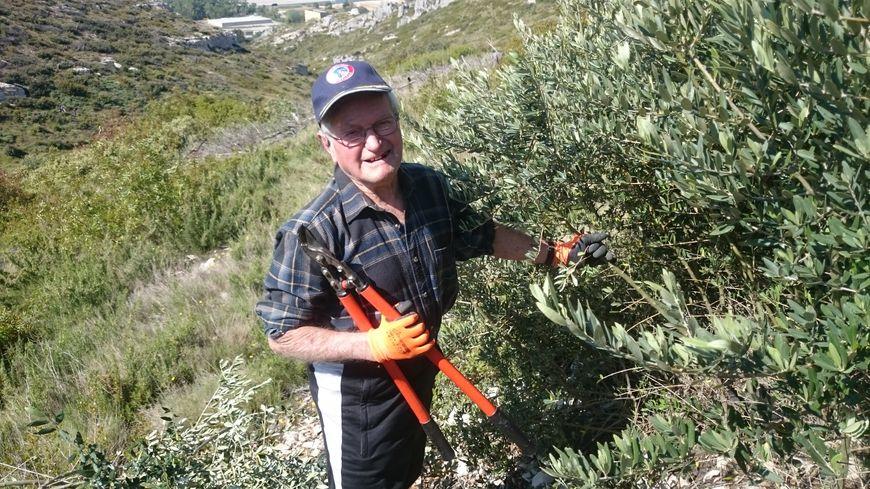 A 93 ans, Mr Barnaud n'hésite pas à mettre la main à la pâte pour entretenir les oliviers de la Colline