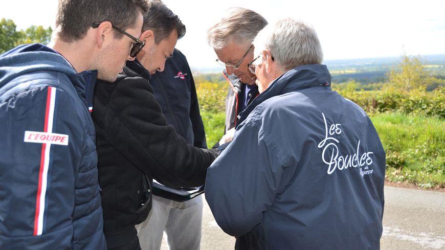 Le réalisateur de L'Equipe Manu Roustit (veste noire) accompagné du chargé de production Vincent Pérez aux côtés des organisateurs des Boucles au sommet du Montaigu.