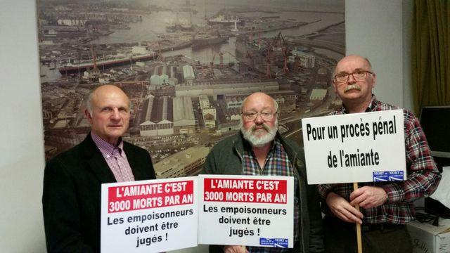 Guy, Jean-Pierre et Pierre, membres de l'Association de victimes de l'amiante ARDEVA dans leurs locaux à Dunkerque, devant une photo des chantiers navals