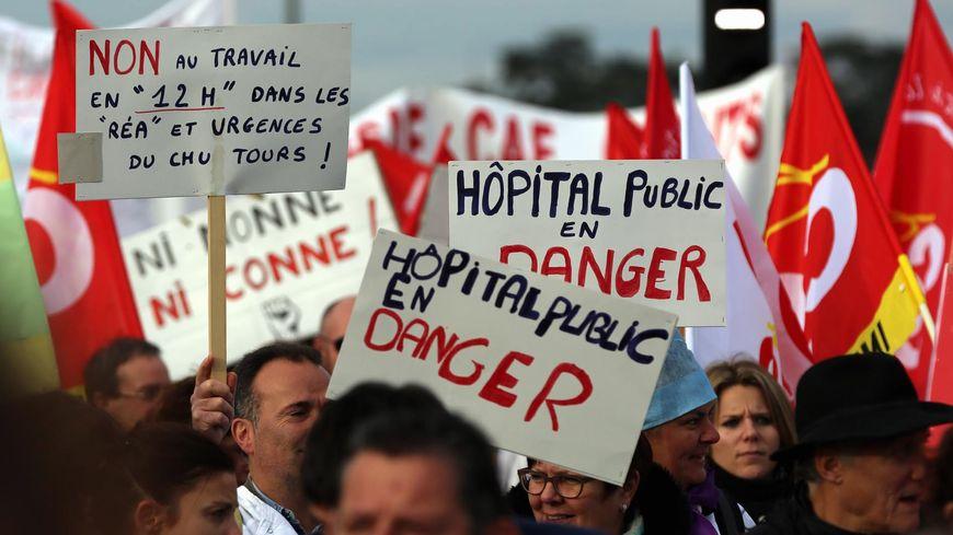 Le personnel de santé manifeste aujourd'hui contre les suppressions de poste dans l'hôpital public.