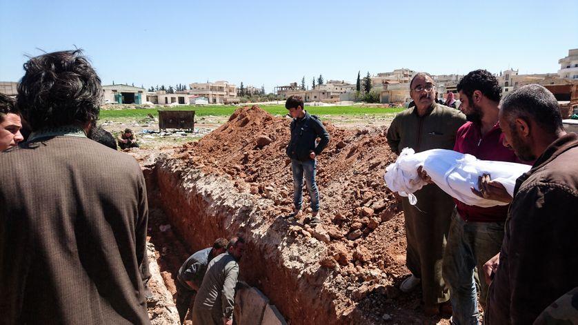 Des syriens enterrent les corps de victimes de l'attaque au gaz survenue dans la ville de Khan Cheikhoune le 4 avril 2017, en Syrie.