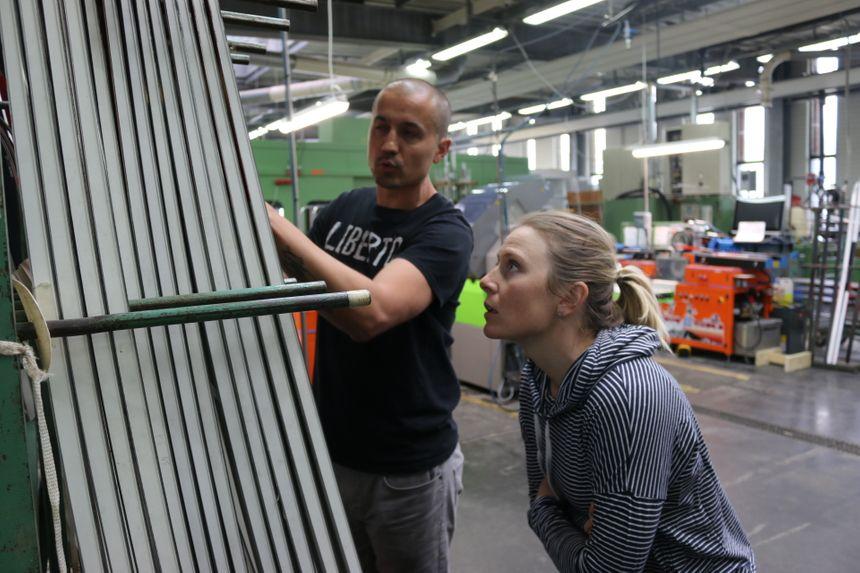 Tessa Worley attentive au moindre détail de la fabrication des skis Rossignol