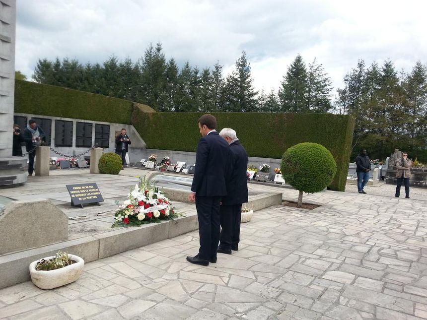 Emmanuel Macron et Robert Hebras devant le tombeau des martyrs.
