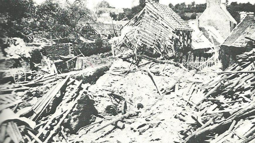 Le village de la Verrerie (Manche) après le bombardement allié du 20 avril 1944.