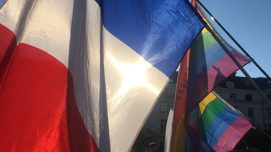 La place du Martroi à Orléans envahie de drapeaux français, européens et arc-en-ciel.