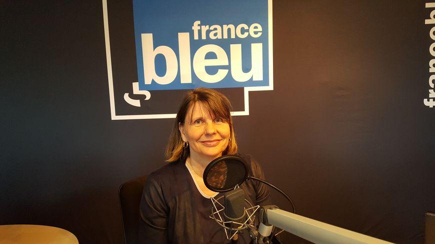 Chantal Luque de l'association Le Toit du Monde au micro de Guy Lhuissier sur France Bleu Poitou
