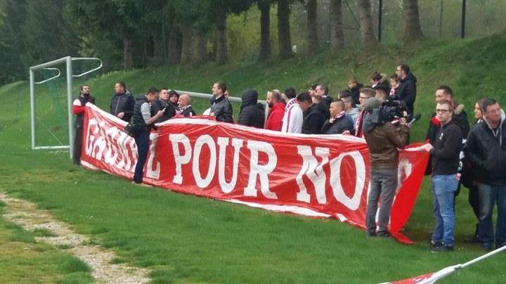 """Sur la banderole déployée par les supporters Nancéiens : """"Gagnez pour nous""""."""