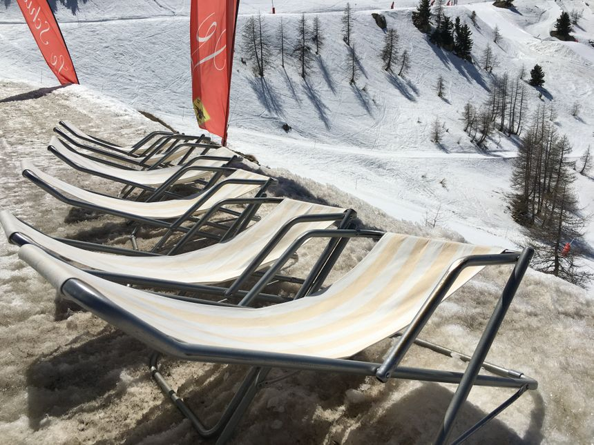 Les chaises longues sont vides, elles reviendront l'hiver prochain.