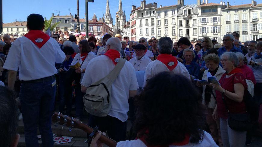 Des centaines de personnes sont venus chanter dans les rues du centre ville de Bayonne pour le 20e anniversaire de Baionan Kantuz