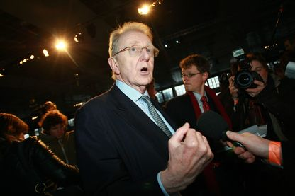 Georges Ugeux parle a la presse apres l' assemblee generale des actionnaires de Fortis a Bruxelles, 11 février 2009