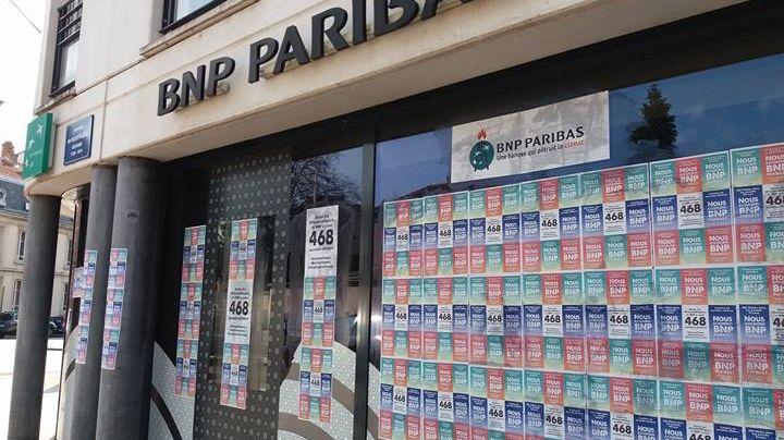 A Nancy, une dizaine de militants du collectif des Faucheurs de chaises ont redécoré les vitrines de cinq agences de la BNP Paribas à grand renfort d'affiches.