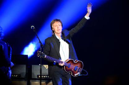 Performance du musicien anglais, ancien membre des Beatles, Paul McCartney au Stade de Bercy, à Paris, le 30 mai 2016.