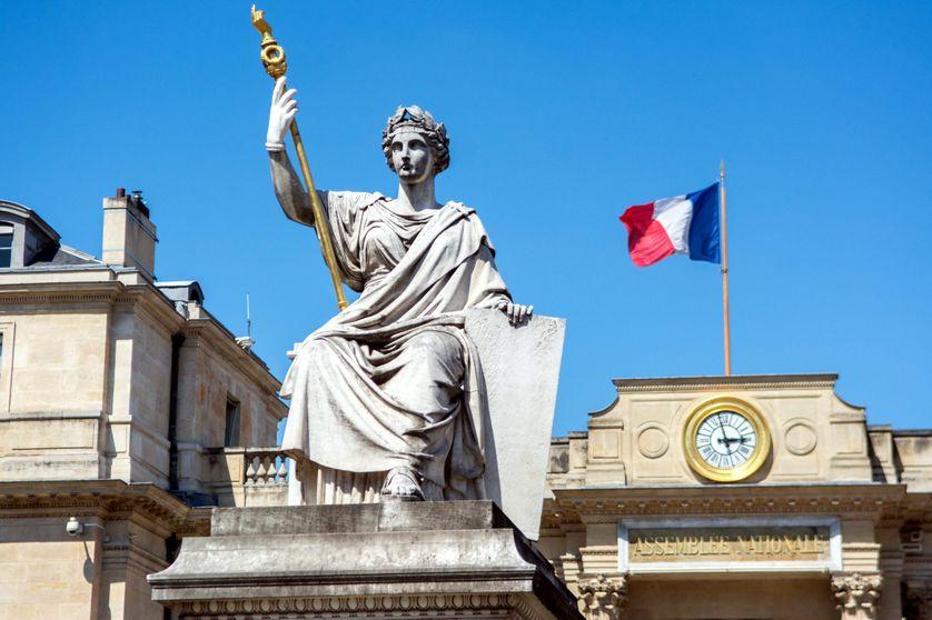 Statue symbolisant la loi, place du palais bourbon devant l'Assemblée Nationale